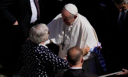 Папата целуна номера от Аушвиц върху ръката на жена. Историята й е потресаваща