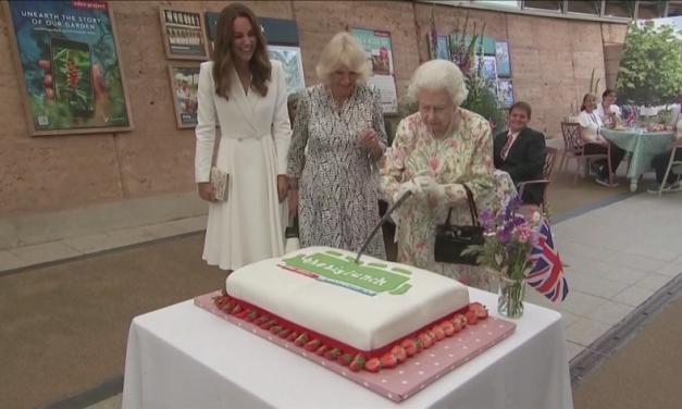 С меч се реже тортата, ако е за 95 – годишнина и най-вече за кралица