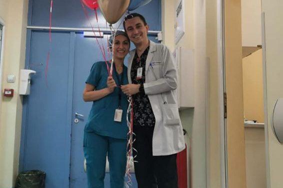"""Двамата са в операция. Тя откри пръстен сред хирургичните инструменти и му каза """"да"""""""